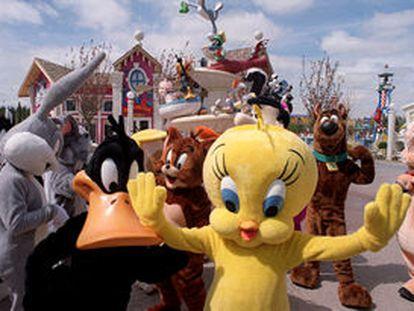 Actores disfrazados de los personajes de la Warner en la inauguración del nuevo parque recreativo