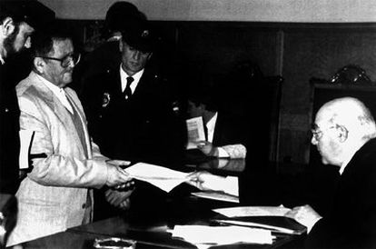 En la foto, tomada el 25 de enero de 1994, Antonio Izquierdo (izda.) recoge la sentencia en la Audiencia Provincial de Badajoz.