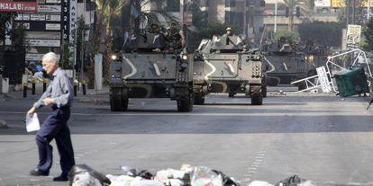Blindados del Ejército libanés patrullan por las calles de Beirut, en octubre de 2012.