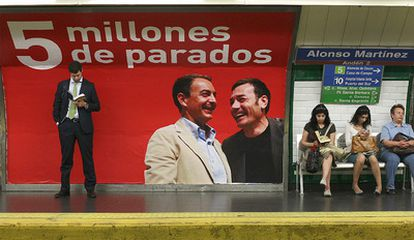 El cartel del PP de los 'cinco millones de parados' en un andén de la estación de Alonso Martínez del Metro de Madrid.