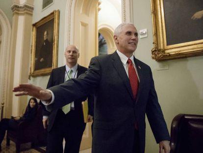 El vicepresidente Mike Pence visita el Capitolio este martes.