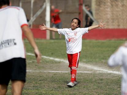 Una niña juega en el equipo femenino de Huracán, en septiembre de 2018.