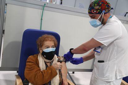 Victorina Legaz, de 100 años, recibe la primera dosis de la vacuna en el Hospital de emergencias Enfermera Isabel Zendal este miércoles.