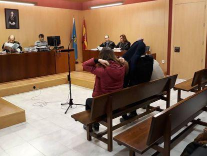 Tres ultras del Sporting durante un juicio el pasado 5 de abril.