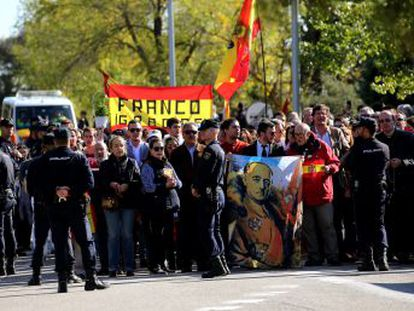 Unas 300 personas se citan en El Pardo para cantar el  Cara al Sol  y recibir como un héroe al golpista Tejero