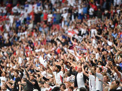Aficionados ingleses celebran la victoria ante Alemania en Wembley.
