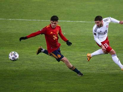 Pedri trata de controlar el balón ante  Kiteishvili, jugador de Georgia,  en el encuentro disputado el pasado domingo en el estadio  Boris Paichadze de Tiflis. / (AP)