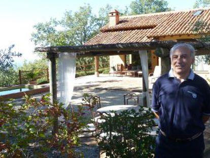 Álvaro Morenés frente a su casa rural en Candeleda (Ávila), El Escondite de Pedro Malillo.