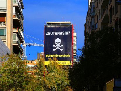 Gran lona desplegada en el centro de Madrid en una campaña contra la ley de eutanasia.