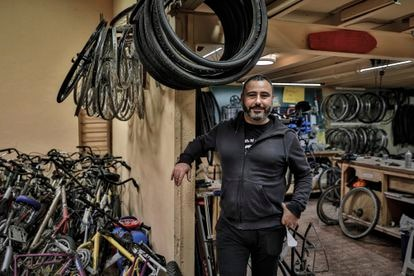 """Velarde viajó hasta París en bicicleta. Dice pasarse el día rodando de aquí para allá. """"No es cuestión de obligar a nadie a ir en bici, claro. Pero nosotros hacemos prácticamente todo montados"""", afirma."""