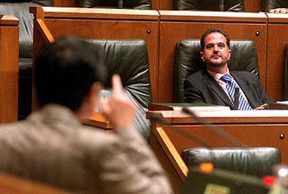 El presidente del PP vasco, Carlos Iturgaiz, durante el pleno en la Cámara vasca.