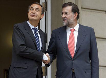 El presidente del Gobierno, José Luis Rodríguez Zapatero, y el del PP, Mariano Rajoy, al inicio de su encuentro de ayer en La Moncloa.