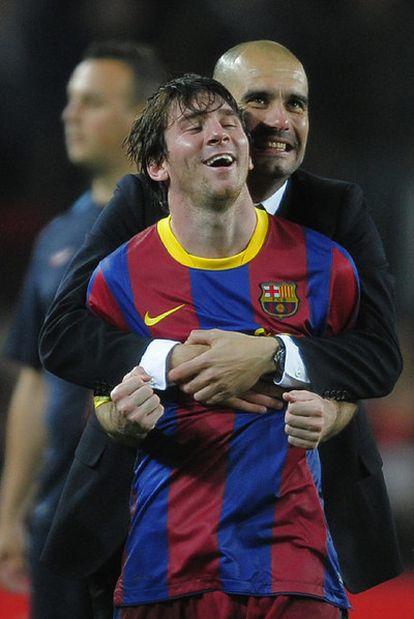 Guardiola abraza a Messi tras eliminar al Madrid en las semifinales de la <i>Champions.</i>
