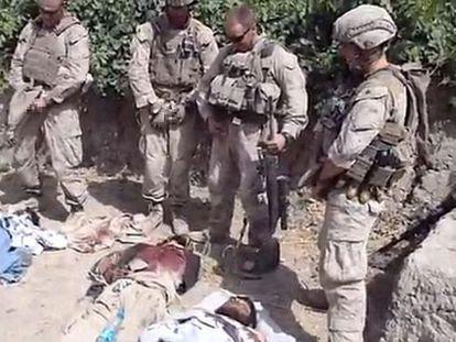 Imagen del vídeo en el que cuatro 'marines' orinan sobre tres cadáveres en Afganistán.
