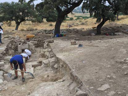 Excavaciones de los muros del edificio hallado en Medina Azahara.