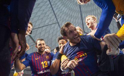 Los jugadores del Barça celebran el título de liga.