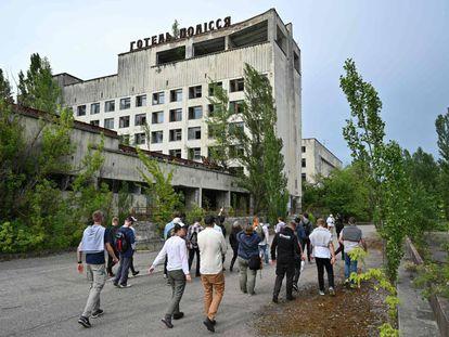 Un grupo de turistas pasea a inicios de este mes por la ciudad fantasma de Prípiat, en la zona de exclusión de Chernóbil.