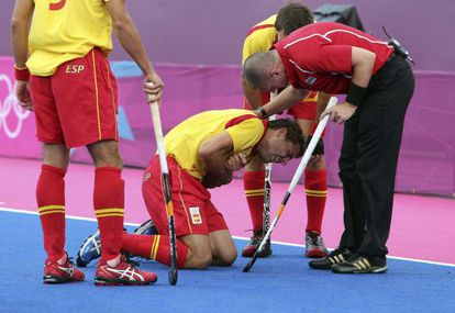 Santi Freixa se duele tras lesionarse el brazo izquierdo durante el partido contra Pakistán.