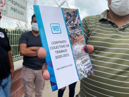 Un trabajador de la planta de Silao con una copia del contrato colectivo.