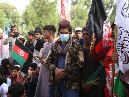 Un talibán vigila una celebración de ciudadanos afganos con motivo del Día Nacional en Jalalabad este jueves.