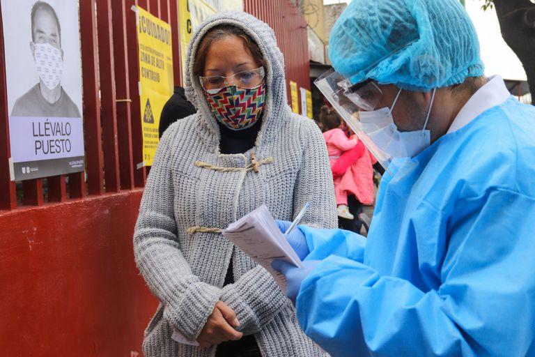 Un trabajador sanitario recibe a personas para la prueba rápida de la covid-19, en uno de los nuevos quioscos instalados en Ciudad de México.