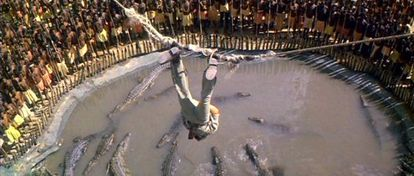 Comprometido momento para Quatermain (Richard Chamberlain) en la adaptación de 1985 de la novela.