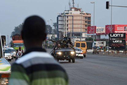 Movimiento de tropas en Abiyán, el pasado 17 de enero, con motivo de los últimos motines militares.