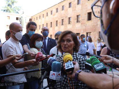 La vicepresidenta primera del Gobierno, Carmen Calvo hace unas declaraciones antes de presentar un Manuel de Derecho Constitucional con perspectiva de género en la Universidad de Salamanca este jueves.