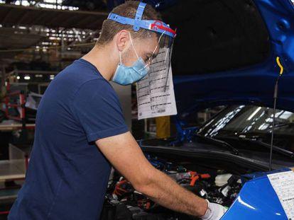 Un operario trabaja en la planta de Stellantis en Vigo.