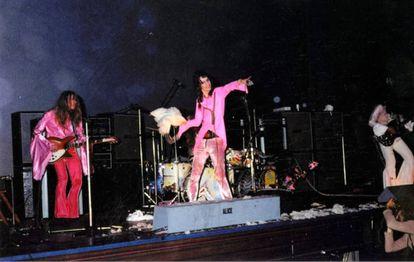 """Alice Cooper lanzando una gallina al público en 1969. """"Soy de Detroit, ¿yo qué voy a saber de gallinas?"""", se excusó después."""