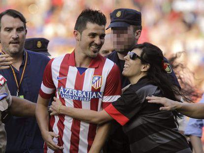 Villa abandona el Calderón tras la invasión de los aficionados.