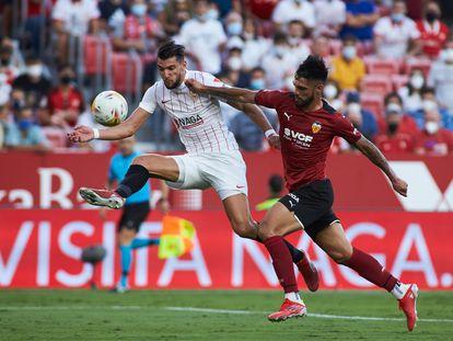 Mir hace una vaselina para lograr el tercer gol del Sevilla ante el Valencia.