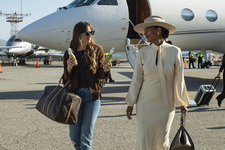Dakota Johnson y Tracee Ellis Ross, en 'Personal Assistant'.