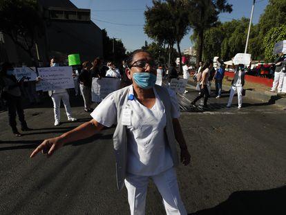 Personal sanitario de un hospital público de Ciudad de México protesta para exigir equipo de protección ante la contingencia.