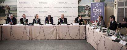 Desde la izquierda, Felipe González, Werner Hoyer, Ursula von der Leyen, Guy Verhofstadt, Jacques Delors, Nouriel Rubini, Christine Ockrent, Nicolas Berggruen y Juan Luis Cebrián.