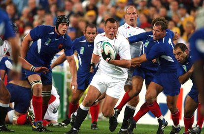 Steve Thompson rodeado de rivales franceses durante la semifinal del Mundial de rugby de 2003.