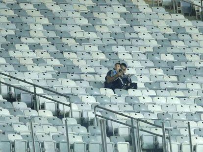 Dos aficionados en el duelo entre Uruguay y Ecuador en el Mineirao.