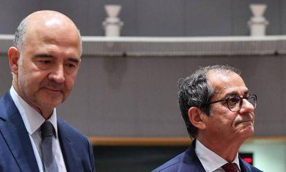 El ministro de Finanzas italiano (derecha), junto a Pierre Moscovici en el Eurogrupo del lunes.