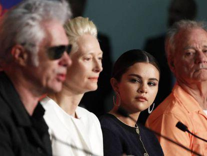 Desde la izquierda, Jim Jarmusch, Tilda Swinton, Selena Gómez y Bill Murray, en la rueda de prensa de 'Los muertos no mueren'. En vídeo, tráiler de la película.
