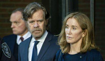 Felicity Huffman sale de la corte de Boston el pasado mes de septiembre junto a su marido, el actor William H. Macy.