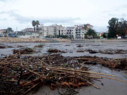 La playa de Cambrils, en la riera de Riudecanyas, este miércoles. En vídeo, las imágenes del paso del temporal en el noreste.