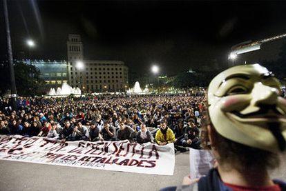 Asamblea de estudiantes en el centro de la plaza de Catalunya, ayer tras la manifestación.