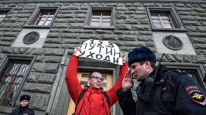 """Un hombre sostiene un cartel con el lema """"Putin, dimisión"""", frente a la sede el FSB en Moscú, el pasado marzo."""