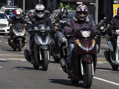 Motos por una calle en Barcelona.