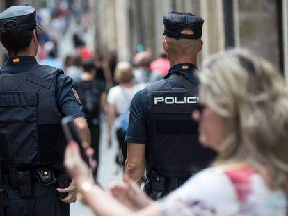 Imagen de archivo de dos agentes de la Policía Nacional.