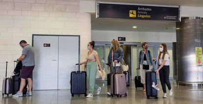 Viajeros en el aeropuerto de Menorca, en España.