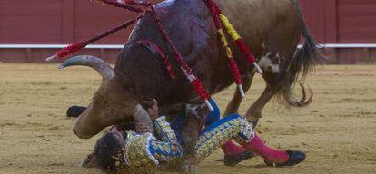 Momento de la cogida de Gómez del Pilar por su primer toro.