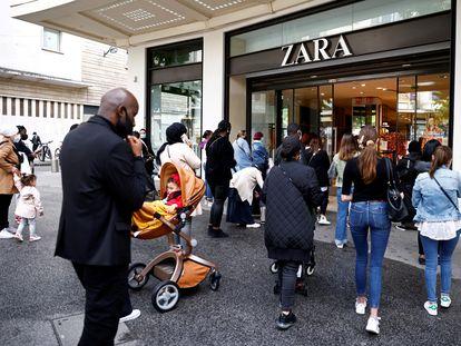 Decenas de clientes entran en una tienda de Zara en Nantes (Francia), el pasado 19 de mayo.
