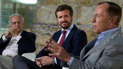 El líder del PP, Pablo Casado (en el centro), junto a los exministros Rafael Arias Salgado (izquierda) e Ignacio Camuñas el pasado 19 de julio en un acto en Ávila.