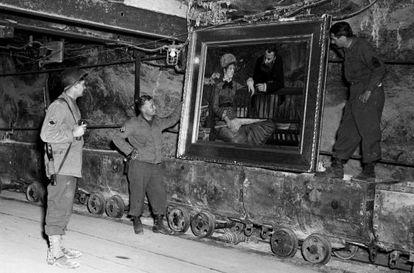 Soldados estadounidenses examinan el cuadro 'Jardín de invierno' de Edouard Manet, hallado en la mina de sal de Altaussee.